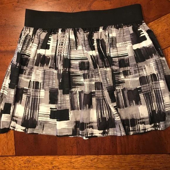 Forever 21 Dresses & Skirts - Patterned black white gray skirt with elastic band